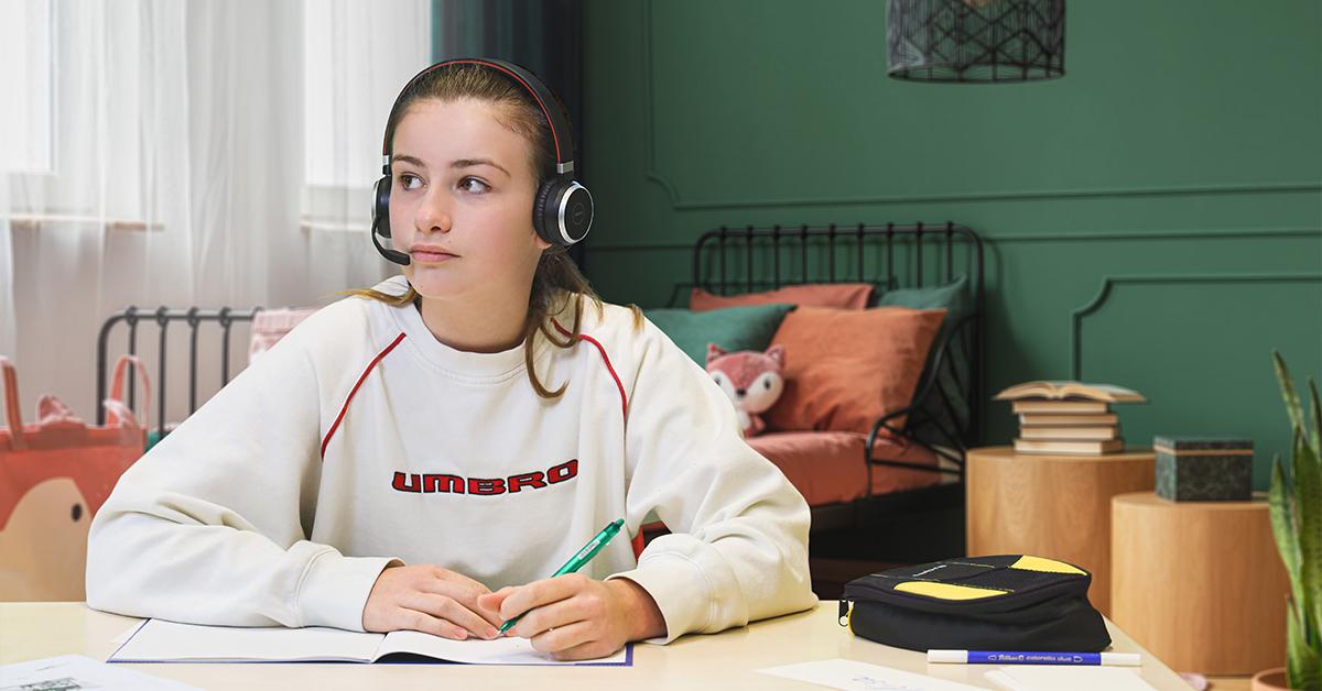 Kinder daheim beim lernen mit Jabra Headset