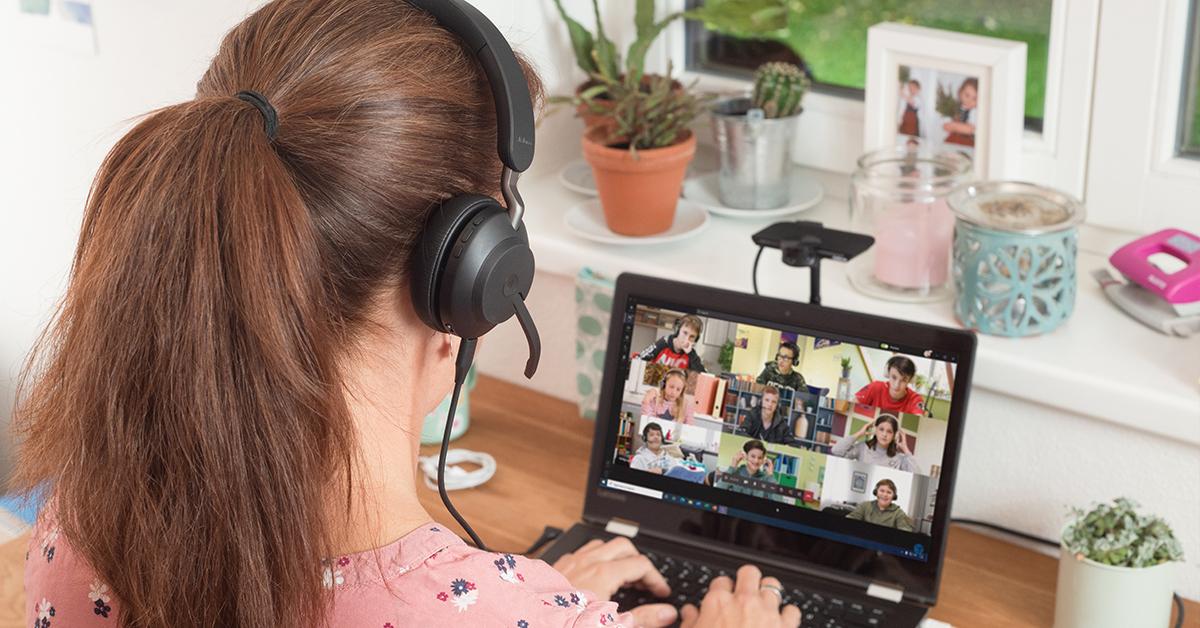 Lehrer im Homeoffice mit Headset